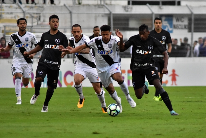 Léo Valencia do Botafogo e Naldo da Ponte Preta, durante partida válida pela 21ª rodada do Campeonato Brasileiro, realizado no Estádio Moisé Lucarelli, em Campinas, interior do estado de São Paulo, na tarde deste domingo, 20.