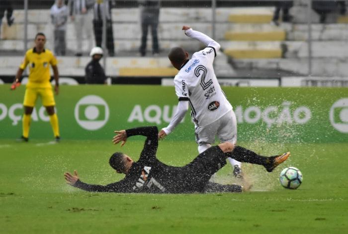 Léo Valencia do Botafogo e Nino Paraíba da Ponte Preta, durante partida válida pela 21ª rodada do Campeonato Brasileiro, realizado no Estádio Moisé Lucarelli, em Campinas, interior do estado de São Paulo, na tarde deste domingo, 20.