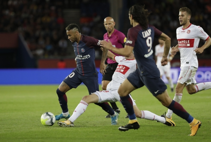Paris Saint-Germain's Brazilian forward Neymar (L) runs with the ball  during the French L1 football match Paris Saint-Germain (PSG) vs Toulouse FC (TFC) at the Parc des Princes stadium in Paris on August 20, 2017. / AFP PHOTO / Thomas SAMSON