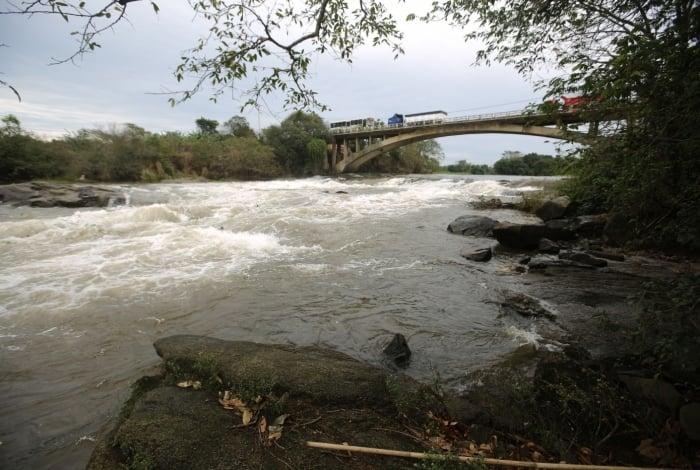 Na bacia do Guandu (acima), onde são tratados 43 mil litros d'água por segundo, estudo mostra necessidade de plantio de 3 mil hectares de verde. Campanha nacional (ao lado) estimula restauração florestal