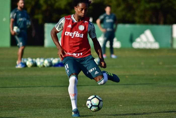O jogador Zé Roberto, durante treino técnico da equipe do Palmeiras, realizado na Academia de Futebol da Barra Funda, na Zona Oeste de São Paulo, na tarde desta terça-feira, (12).