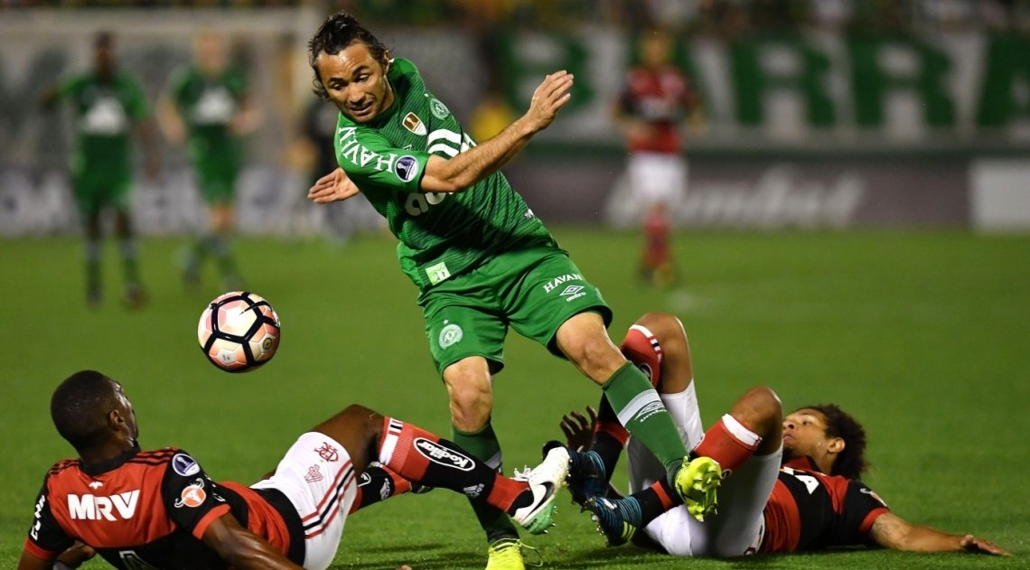 Apodi (C) of Brazil's Chapecoense vies for the ball with Juan (L) and Willian Arao (R) of Brazil's Flamengo during their 2017 Copa Sudamericana football match held at Arena Conda stadium, in Chapeco, Brazil, on September 13, 2017. / AFP PHOTO / NELSON ALMEIDA