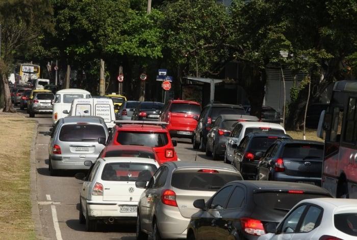 Trânsito engarrafado na Zona Sul. Motoristas em carros enfrentam grande retenção na Avenida Borges de Medeiros.