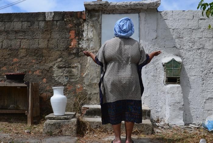 Terreiro de candomblé atacado por bandidos em Nova Iguaçu, na Baixada Fluminense. Sete criminosos armados invadiram o barracão, no bairro Ambaí, durante uma sessão. Eles obrigaram a yalorixá, sacerdotisa no local, a destruir as próprias imagens sob a mira de uma arma