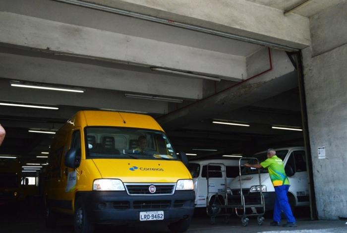 2017-09-28 - AGÊNCIA DE NOTîCIA - PARCEIRO - Movimentação de funcionários na sede dos Correios na Cidade Nova, região central do Rio.