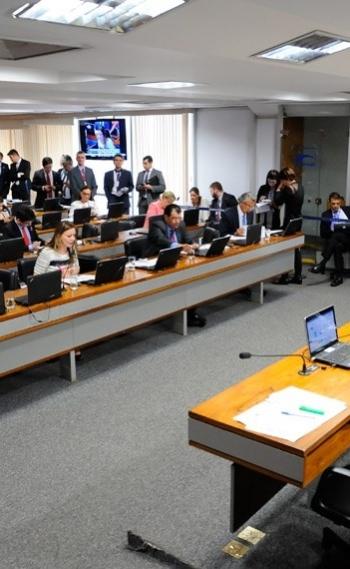 Comiss�o de Constitui��o e Justi�a do Senado aprovou a proposta por nove votos favor�veis a quatro contr�rios; texto seguir� para mais tr�s comiss�es: CAS, CDH e CTFC