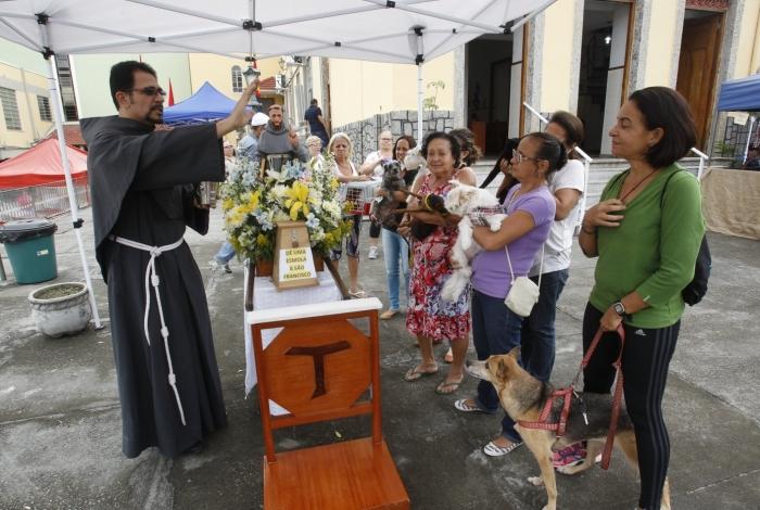 Comemoração do dia de São Francisco de Assis na Igreja de São Francisco de Assis no Rio Comprido, Zona Norte do Rio. Animais levados pelos donos recebem a s bençãos dos freis.