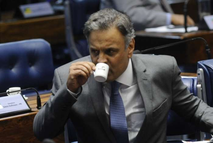 Aécio toma o cafezinho do Senado com o conterrâneo Anastasia; ele desistiu da reeleição e tenta vaga na Câmara dos Deputados