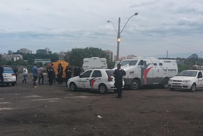 Houve intensa troca de tiros entre vigilantes e bandidos no assalto ao carro-forte no Centro de Niterói