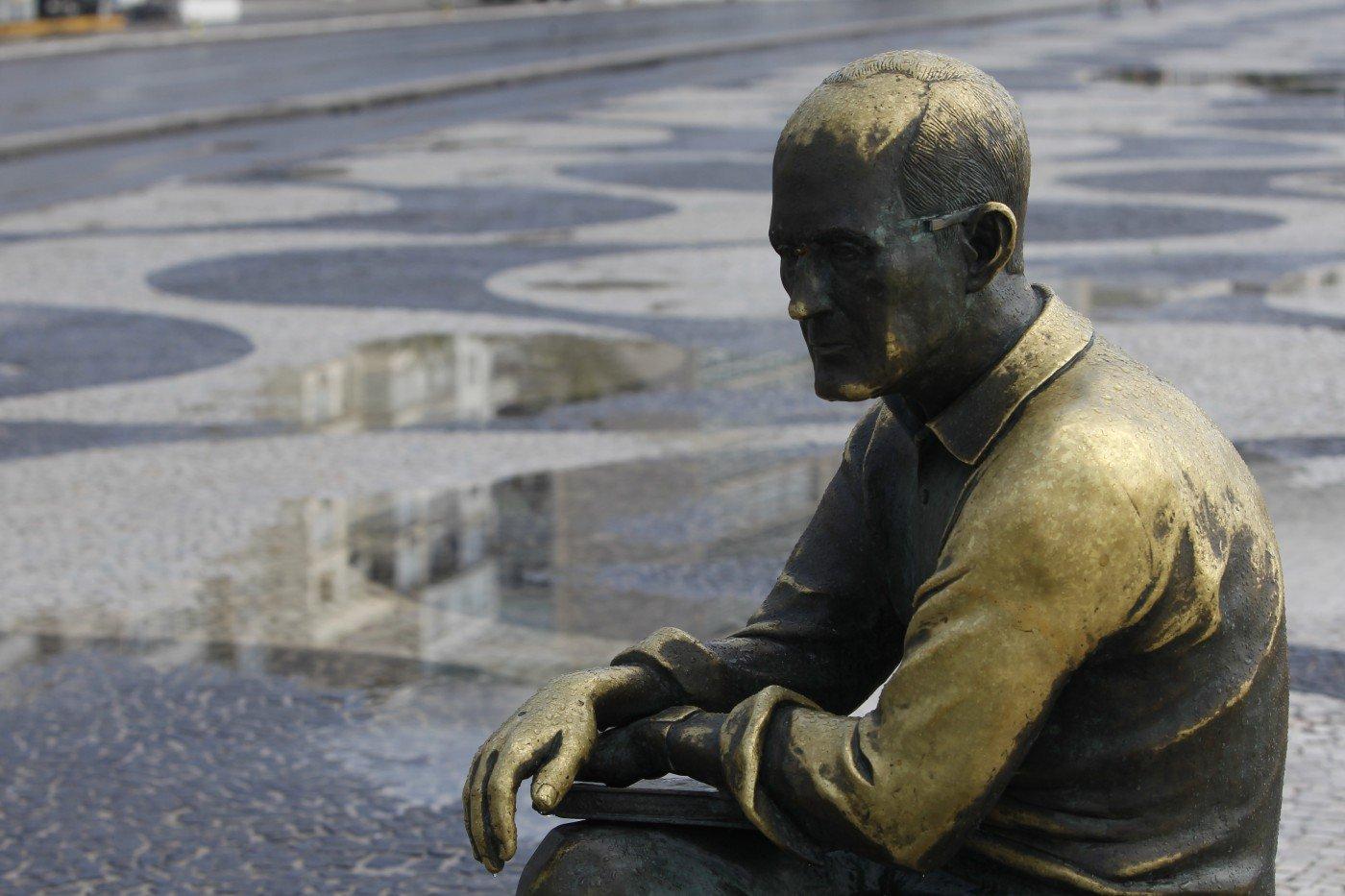 Óculos da estátua de Carlos Drummond é novamente furtado em Copacabana