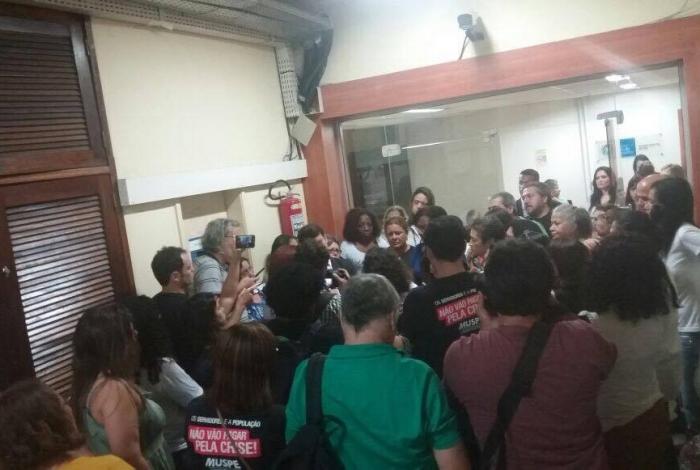 Servidores da Saúde ocuparam ontem a sede da secretaria, no Centro