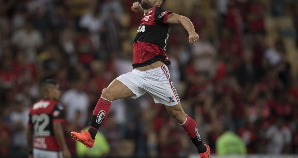 Brazil's Flamengo player Diego celebrates after scoring against Brazil's Fluminense during the 2017 Sudamericana Cup football match at Maracana stadium in Rio de Janeiro, Brazil, on November 01, 2017.  / AFP PHOTO / Jefferson BERNARDES