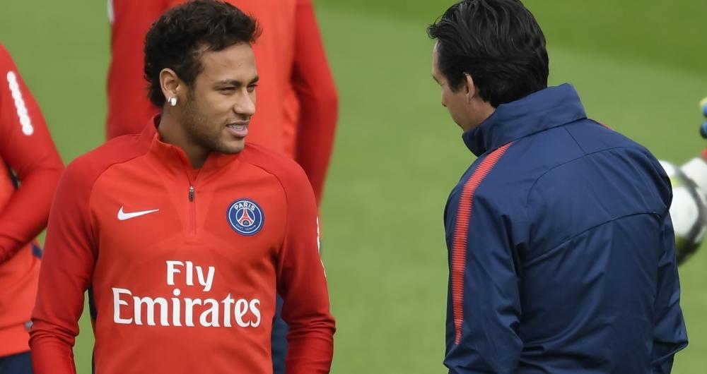 Neymar conversa com Emery em treino do PSG