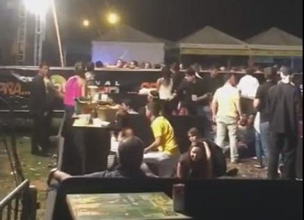 Um dos vídeo compartilhados nas redes sociais mostra o público buscando proteção em meio aos tiros