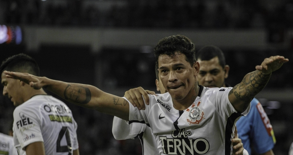 Os jogadores do Corinthians comemoram o gol de Giovanni Augusto,  durante partida contra a equipe do Atl