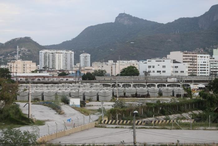 No terreno atrás da Estação da Leopoldina  existem cerca de 800 aduelas da Linha 4. Consórcio diz que serão usadas quando obras até a Estação Gávea forem retomadas
