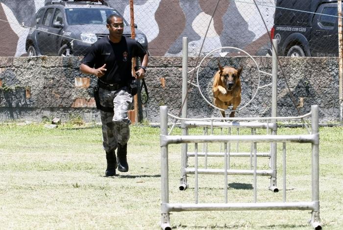 Eugenio Silva de Oliveira treina cães para diversas situações, inclusive salvar policiais
