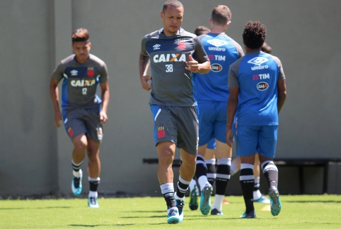 Luis Fabiano durante treino do Vasco em São Januário: atacante voltou a sentir dores e é dúvida para amanhã