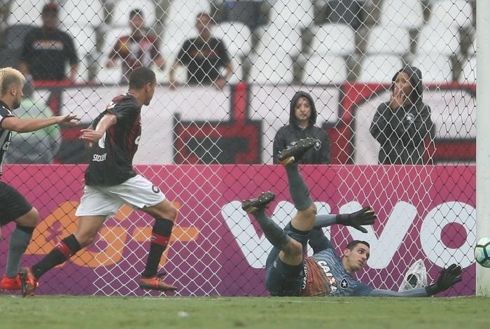 Após falhar, Gatito tentou puxar a bola, mas a arbitragem validou o gol do Furacão