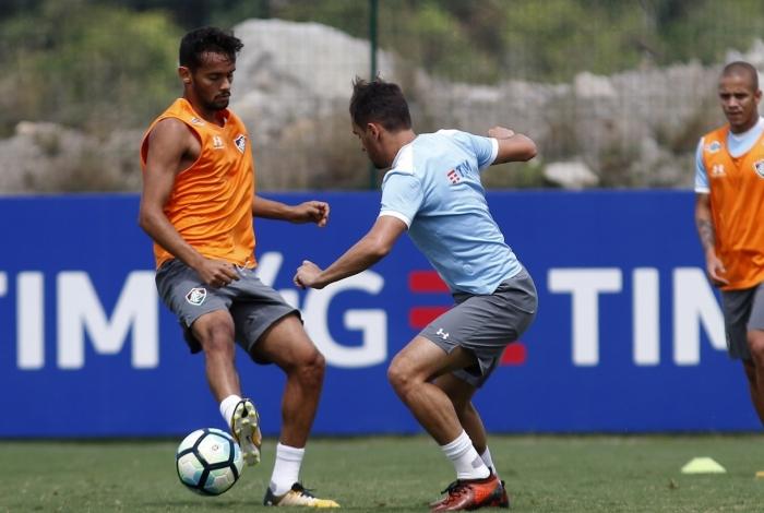 Gustavo Scarpa tenta driblar Lucas no treino: desfalques e pressão por maus resultados seguidos fora de casa