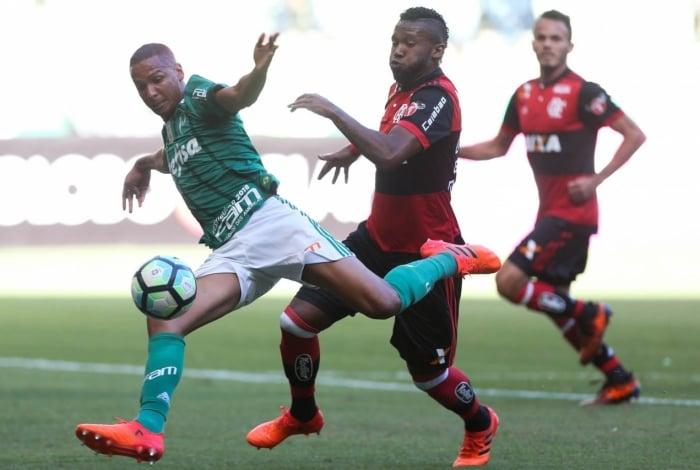 Deyverson, do Palmeiras, ganha de Rafael Vaz e marca o primeiro gol no Allianz Parque