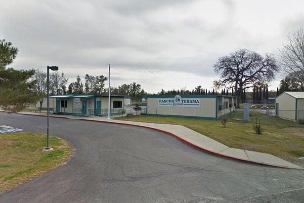 Testemunhas contaram que homem atirou pelas janelas da escola de Ensino Fundamental. Pelo menos um aluno foi atingido pelos tiros