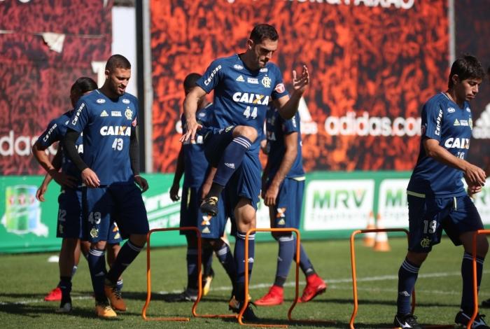 Rhodolfo, zagueiro do Flamengo, participa de treino físico no Ninho do Urubu