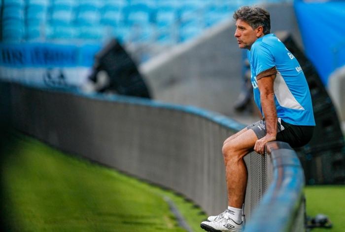 Renato Gaúcho assiste ao último treino antes da final com o Lanús