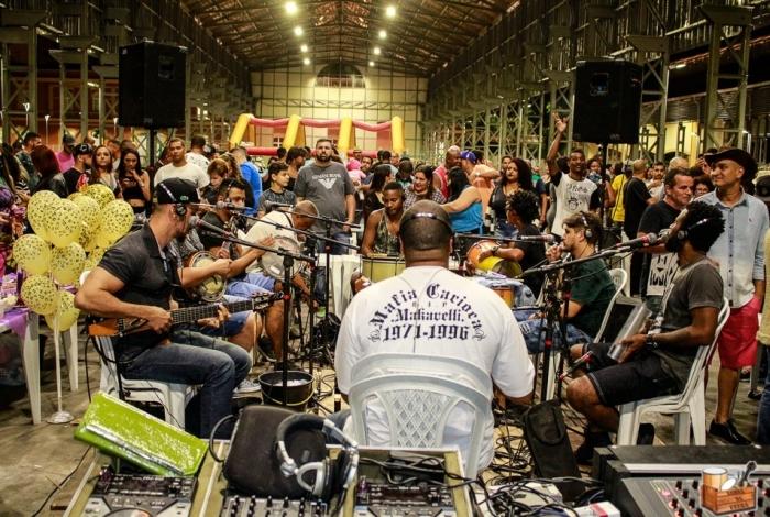 Várias rodas de samba, como o Samba da Feira, agitam o fim de semana, com shows de nomes como Xande de Pilares e Zeca Pagodinho
