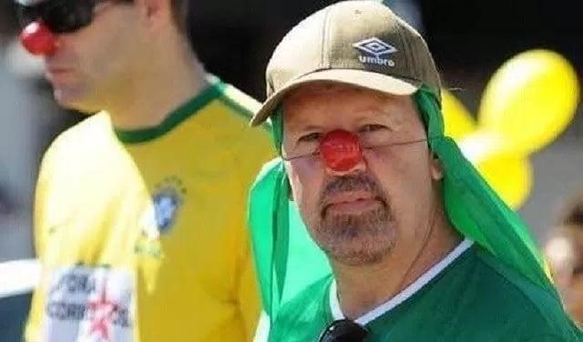 Uma foto de homem com rosto pintado em protesto contra Dilma Rousseff circula pelo WhatsApp identificado como o agora diretor-geral da PF, Fernando Segovia. Não é ele.