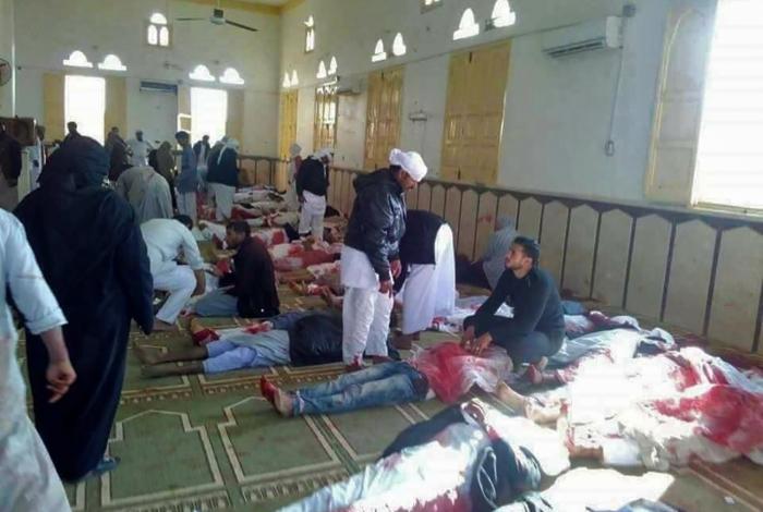 Corpos são enfileirados na mesquita, onde bomba causou correria entre os fiéis, alvos de chuva de balas