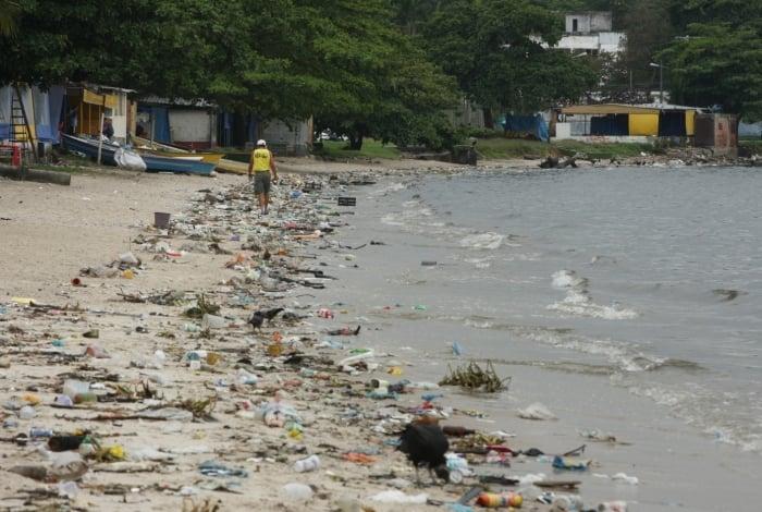 No Brasil, o esgoto gerado por 45% da população não é tratado. O retrato da falta de saneamento está na Baía de Guanabara, na Praia do Galeão