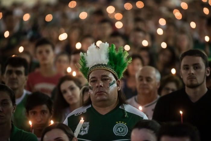 Moradores de Chapecó caminharam em silêncio pelas ruas da cidade e participaram de missa em homenagem aos 71 mortos da tragédia na Colômbia