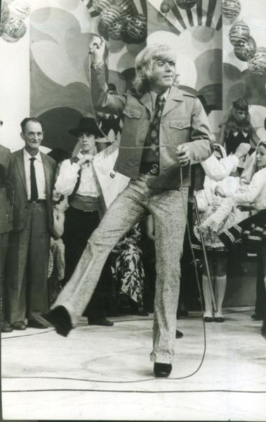 Nos anos 1970, o portugu�s Roberto Leal iniciou uma carreira de sucesso no Brasil. E, como  na foto de 1980, tudo come�ou com sua apresenta��o no programa Discoteca do Chacrinha, em 1971, com can��o Arrebita: