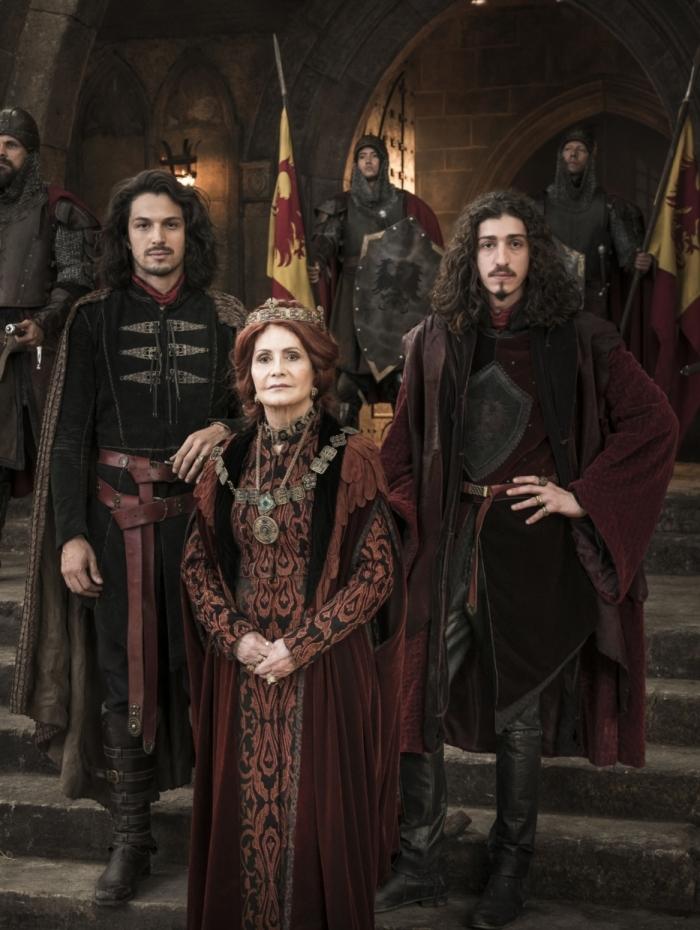 Afonso (Rômulo Estrela) e sua família em 'Deus Salve O Rei'