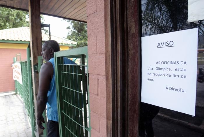 Cartaz colado na entrada da Vila Olímpica de Mesquita informa sobre paralisação das atividades