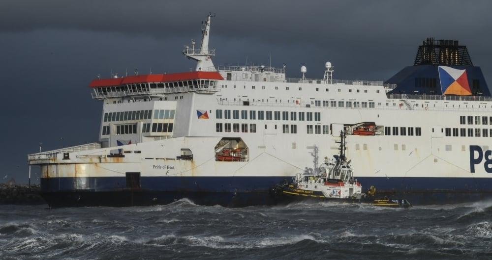 Um rebocador tenta desencalhar um ferry da linha Dover-Calais que, por causa do mau tempo, parou lotado em águas rasas no porto inglês