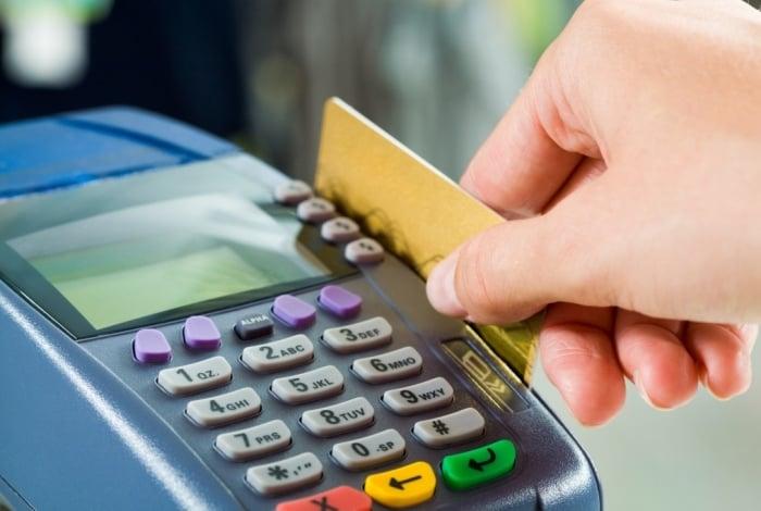 Juro médio do rotativo do cartão de crédito cai a 327,9% em janeiro