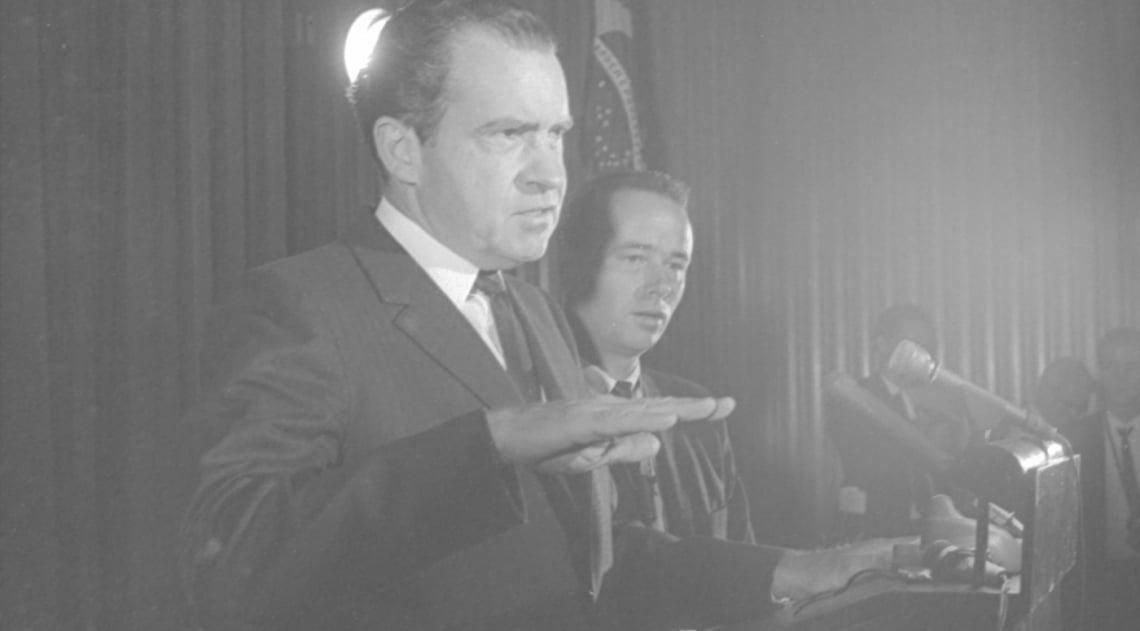 Sete anos antes do escândalo Watergate, o então senador e ex-vice-presidente Richard Nixon concedia entrevista na sede da Embaixada Americana, à época no Rio. A visita ao Brasil, em maio de 1967, que incluiu Brasília, estava ligada ao seu projeto de candidatura à Presidência dos EUA. Nixon foi eleito em 1969 e reeleito em 1972, mas renunciaria em 1974 por causa do escândalo de espionagem em que se envolveu.