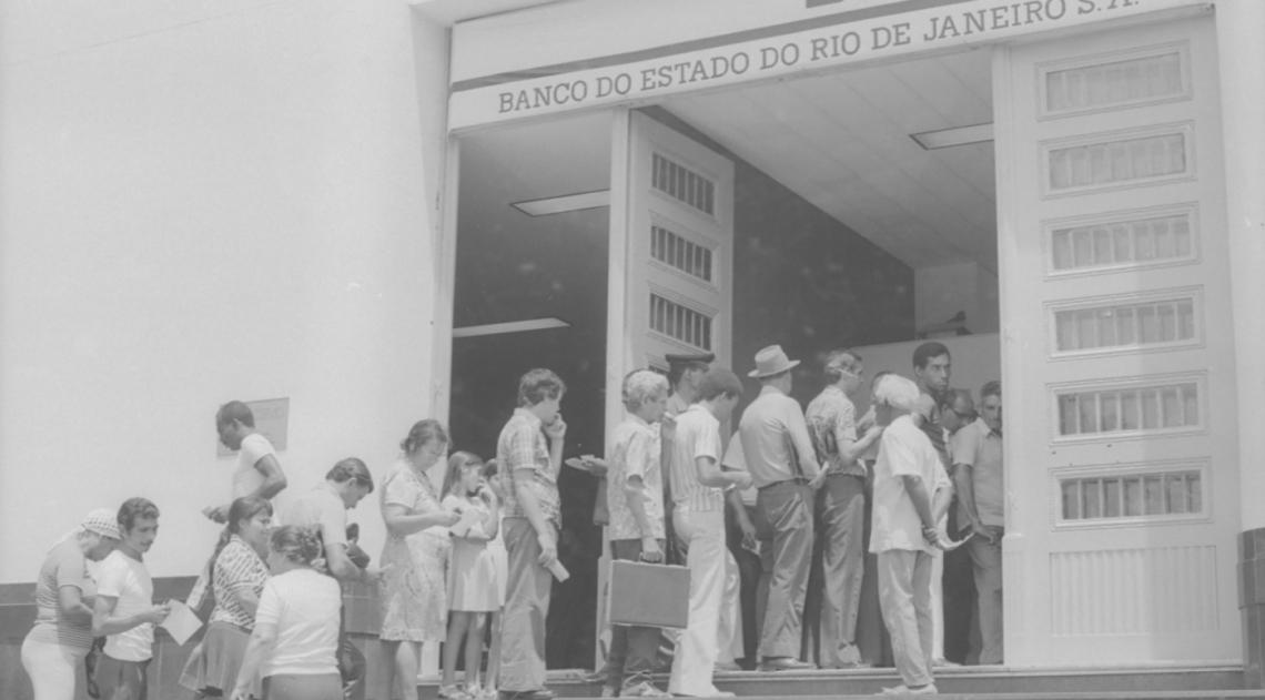 A fila na agência do hoje extinto Banerj era para o pagamento da Taxa do Lixo, que estreava naquele ano, depois de o Tribunal de Justiça do Rio decidir que era um tributo legal. A sede da Comlurb, na Rua Major Ávila, na Tijuca, também era um posto recebedor do tributo, prestes a vencer no dia seguinte, naquele 30 de dezembro de 1976.
