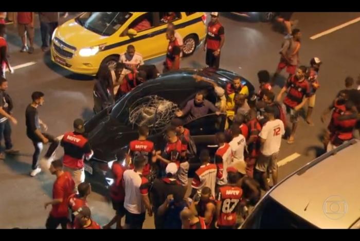 Torcedores do Flamengo cercam carro e alguns deles roubam o motorista, perto do Maracanã
