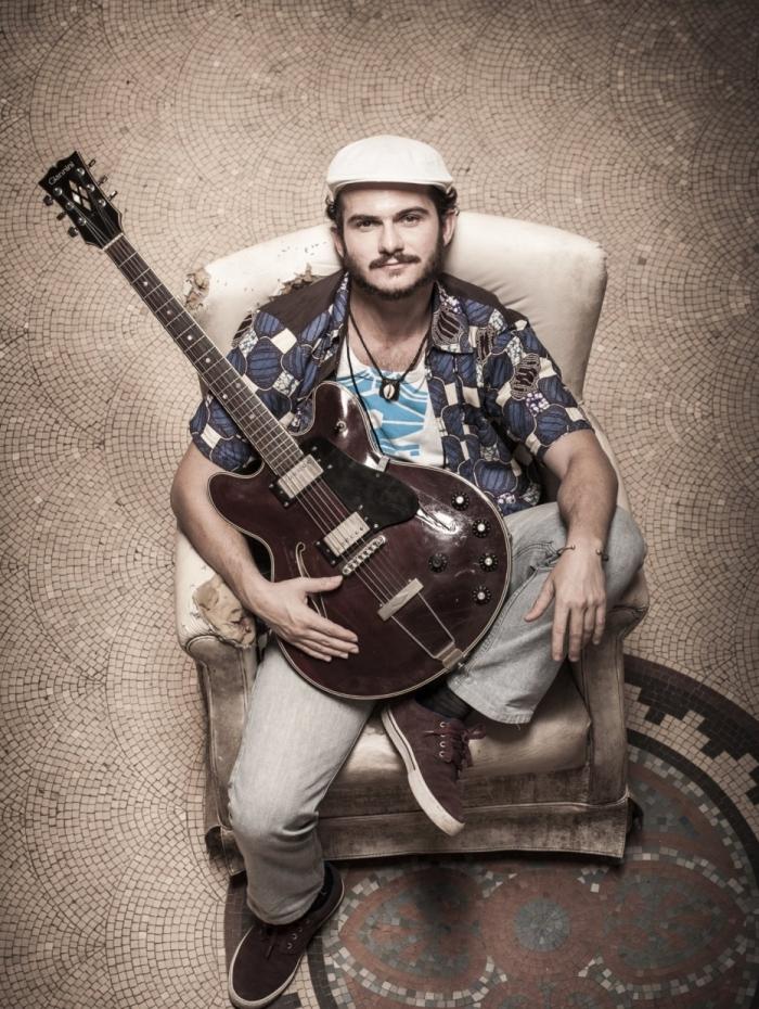 O cantor e compositor André Sampaio: balanço africano com guitarra
