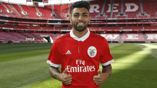 Atacante Gabigol durante apresentação no Benfica