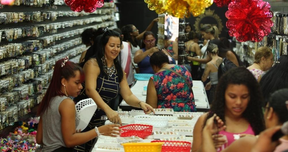 Vendas de Natal.Centenas de pessoas foram as compras no mercado popular da SAARA, na manh� desse s�bado em busca de presentes. Principalmente os mais baratos.