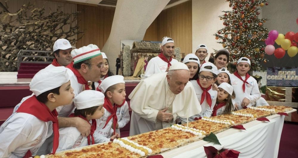 Líder da Igreja Católica, Francisco comeu pizza com a criançada