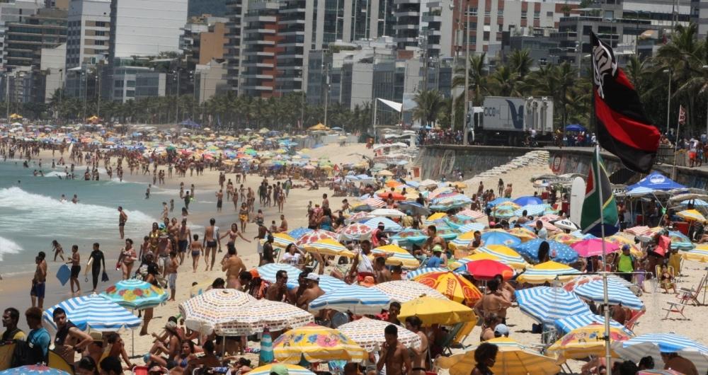 Dia de praia e sol forte no Rio. Cariocas e turistas curtem a praia de Ipanema e o canto do Arpoador.