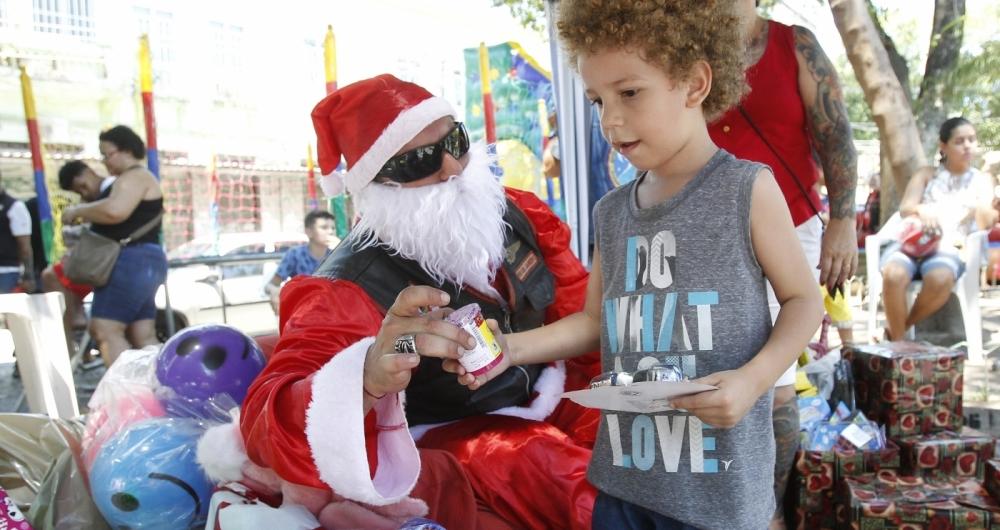 Arnon deu presentes para mais de 500 crian�as no Rio Comprido