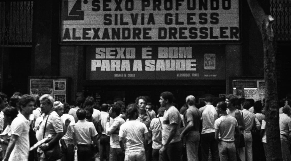 As promessas do letreiro, Sexo Profundo e Sexo � Bom Para a Sa�de, n�o se consumaram nas telas do Cinema Vit�ria, hoje extinto mas com a fachada conservada, na Rua Senador Dantas, em janeiro de 1983. A aglomera��o na porta aconteceu por conta da confus�o que se formou dentro do cinema. Segundo os espectadores, n�o havia cenas de sexo ou viol�ncia no filme Sexo Profundo, sucesso de bilheteria em S�o Paulo e que iniciava naquele dia sua segunda sess�o no Rio. Hoje o Vit�ria abriga a filial carioca da prestigiada Livraria Cultura, e ainda � poss�vel ver alguns resqu�cios da sala.