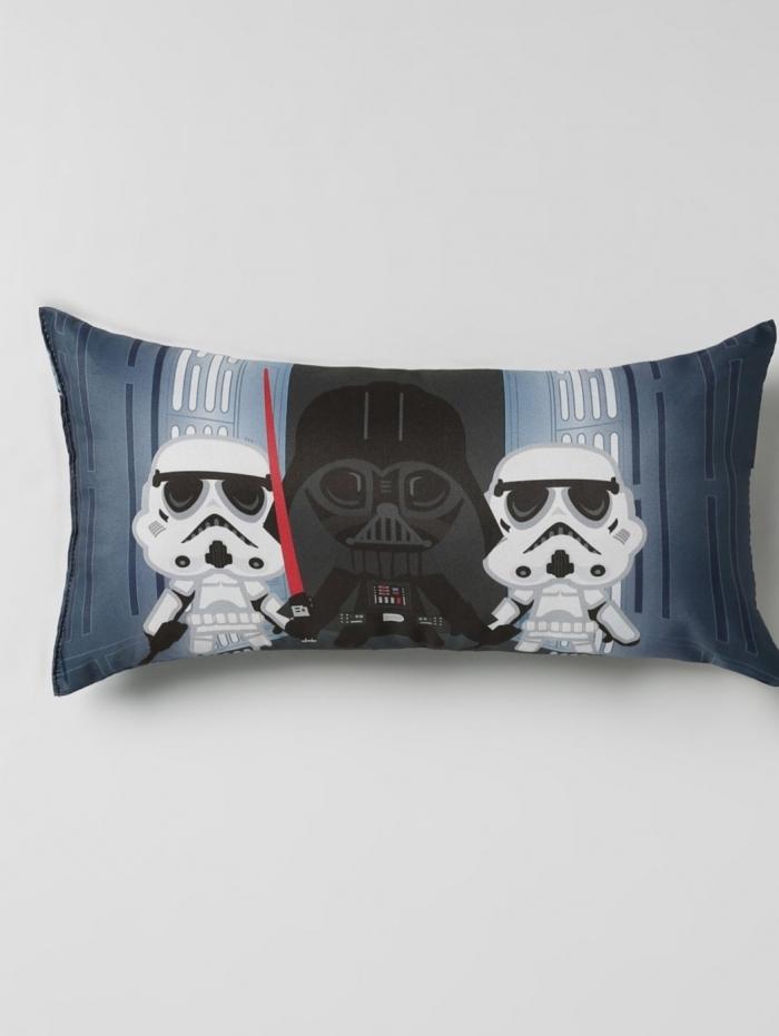 Opções de acessórios como toalhas, mantas, almofadas,capachos e quadros para os apaixonadas da saga Star Wars. São peças com preços que cabem no bolso