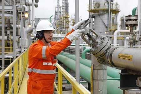 Petroleiros trabalham na Bacia de Campos - Petrobras